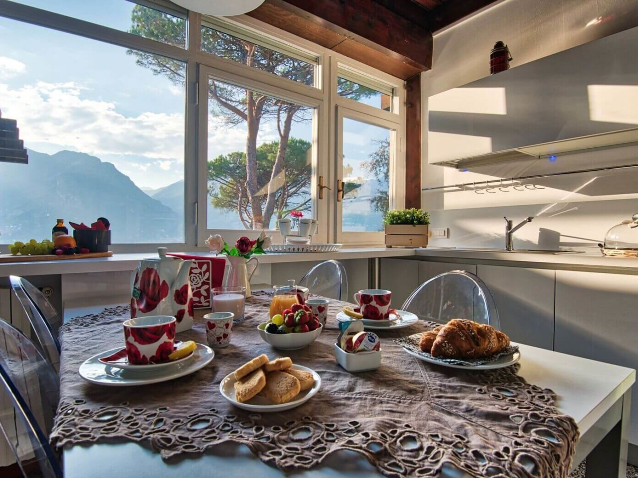 villa-meraviglia-colico-06-colazione-in-cucina