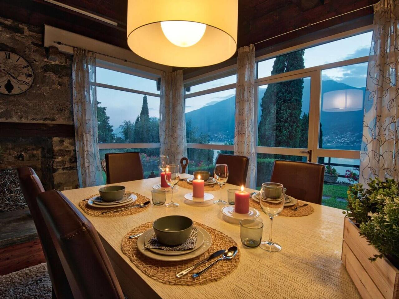 villa-meraviglia-colico-08-cena-in-soggiorno-con-candele-2