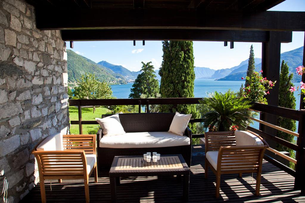 villa-meraviglia-colico-26-divano-con-sfondo-lago
