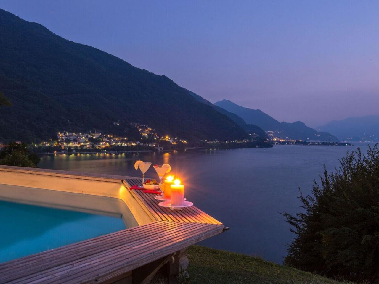 villa-meraviglia-colico-28-cocktail-notturno-a-bordo-piscina