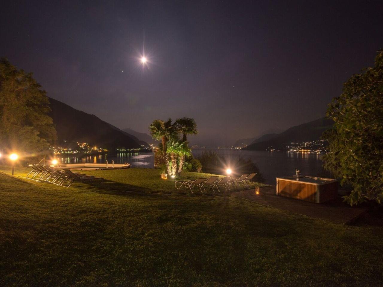 villa-meraviglia-colico-32-notturna-in-piscina-2